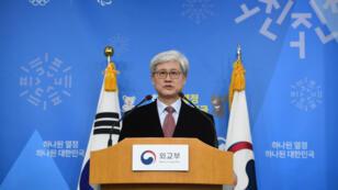 Oh Tai-kyu, chef d'une équipe de recherche sur l'accord passé en 2015 avec Tokyo, présente le résultat du travail de son équipe le 27 décembre 2017 au ministère sud-coréen des Affaires étrangères.
