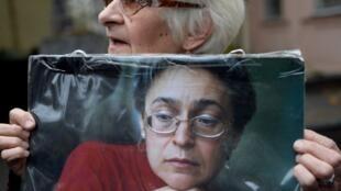 Une femme manifeste à Moscou pour marquer le 10e anniversaire de l'assassinat de la journaliste Anna Politkovskaïa