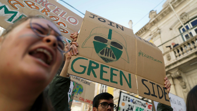 """""""Join the green side"""" o """"elige el lado verde"""" dice la pancarta en la que exigen medidas contra el cambio climático en Lisboa, Portugal, el 15 de marzo de 2019."""