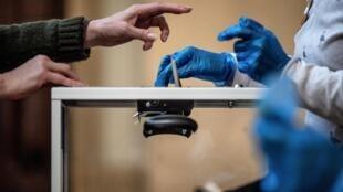 Premier tour des élections municipales, le 15 mars 2020, dans un bureau de vote à Lyon, deux jours avant le confinement