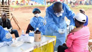 Imagen de archivo. Un miembro de un equipo sanitario inyecta la vacuna contra el ébola a una mujer que tuvo contacto con un enfermo. Provincia de Kivu del Norte, República Democrática del Congo, el 18 de agosto de 2018.