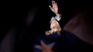 El presidente electo de la coalición Chile Vamos, Sebastián Piñera (c), saluda a un grupo de simpatizantes tras ganar en los comicios hoy, domingo 17 de diciembre de 2017, en Santiago (Chile).