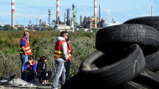 Des membres de la CGT bloquent la raffinerie de Fos-sur-mer le 23 mai 2016.