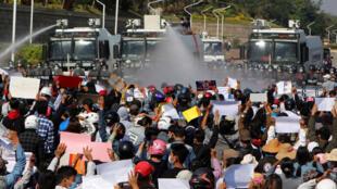 Camiones de la policía disparan agua a presión sobre los manifestantes que se oponen al golpe de Estado en Naipyidó, Myanmar, el 9 de febrero de 2021.