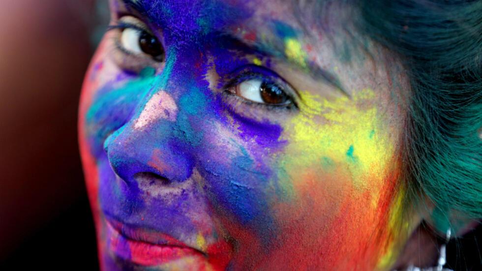 Una joven universitaria participa en el tradicional Holi Festival en Bhopal, India, el 20 de marzo de 2019.