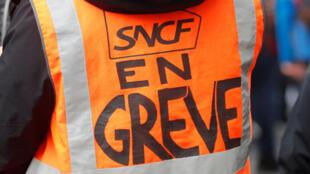 Les cheminots français de la SNCF en grève participent à une manifestation à Paris alors que la France affronte son 15e jour de grève consécutif contre les plans de réforme des retraites du gouvernement français, le 19 décembre 2019.