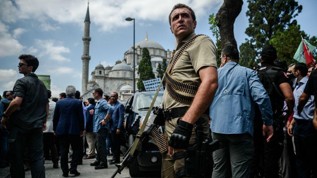 Un membre des forces spéciales turques à Istanbul, dimanche 17 juillet.