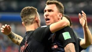 ماريو ماندزوكيتش يحتفل مع زملائه بعد إدراكه التعادل ضد الدانمارك 1 تموز/يوليو 2018