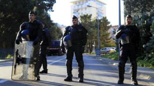Des CRS en faction dans le quartier des Jardins de l'Empereur à Ajaccio, le 28 décembre.