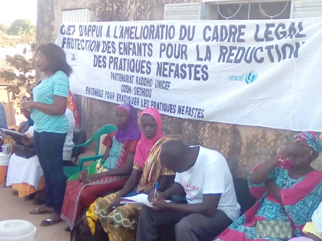 Fatoumata Tamba (debout) fait une séance de sensibilisation contre l'excision dans le village de Bacoum, dans le district de Sédhiou, en Casamance, en juin 2018.