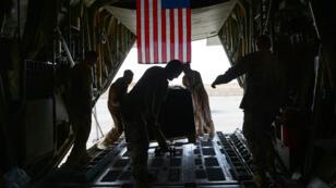 Des soldats américains chargent leur équipement dans un avion C-130 en Afghanistan, le 25 octobre 2014.