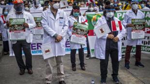 Médicos peruanos protestan en reclamo de mejoras salariales y equipos de protección para el coronavirus frente al edificio del ministerio de Salud, el 29 de septiembre de 2020 en Lima
