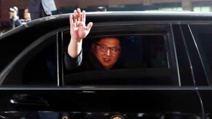 El líder norcoreano Kim Jong-un se despide después de su reunión con el presidente surcoreano Moon Jae-in en Panmunjom, Corea del Sur, el 27 de abril de 2018.