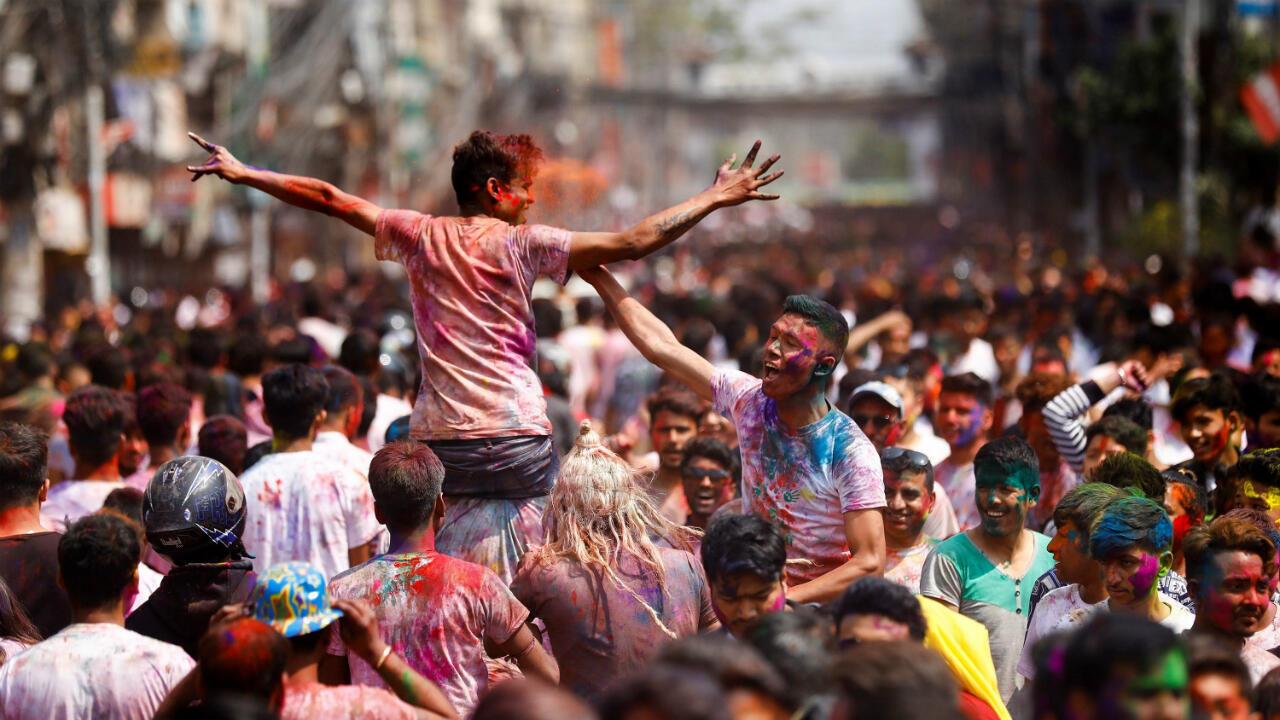 Una multitud celebra el festival Holi en las calles de Katmandú, Nepal. El Holi, conocido también como el festival de los colores, marca el comienzo de la primavera y se celebra por todo Nepal así como en la vecina India. 20 de marzo de 2019.