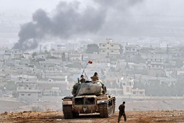 Char turc posté à la frontière face à la ville de Kobané, prise d'assaut par les combattants de l'EI.