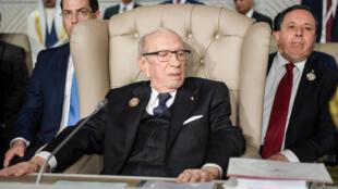 Le président Beji Caid Essebsi entouré de deux de ses ministres à Tunis le 31 mars 2019.