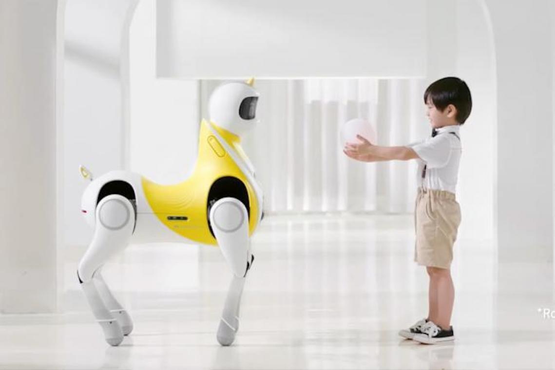 شركة صينية تبتكر إنسانا آليًا يتحول إلى مركبة للأطفال