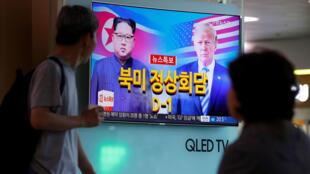 La gente mira un informe de noticias sobre la próxima cumbre entre EE. UU. y Corea del Norte, en Seúl, Corea del Sur, el 11 de junio de 2018.