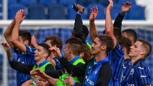 لاعبو اتالانتا يحتفلون بعد الفوز على كالياري في الدوري الايطالي لكرة القدم، برغامو في 4 تشرين الاول/اكتوبر 2020