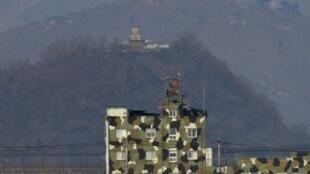 مركز للجيش الكوري الجنوبي (في الأسفل) وآخر للجيش الكوري الشمالي في مدينة باجو على الحدود بين البلدين في 16 شباط/فبراير 2019