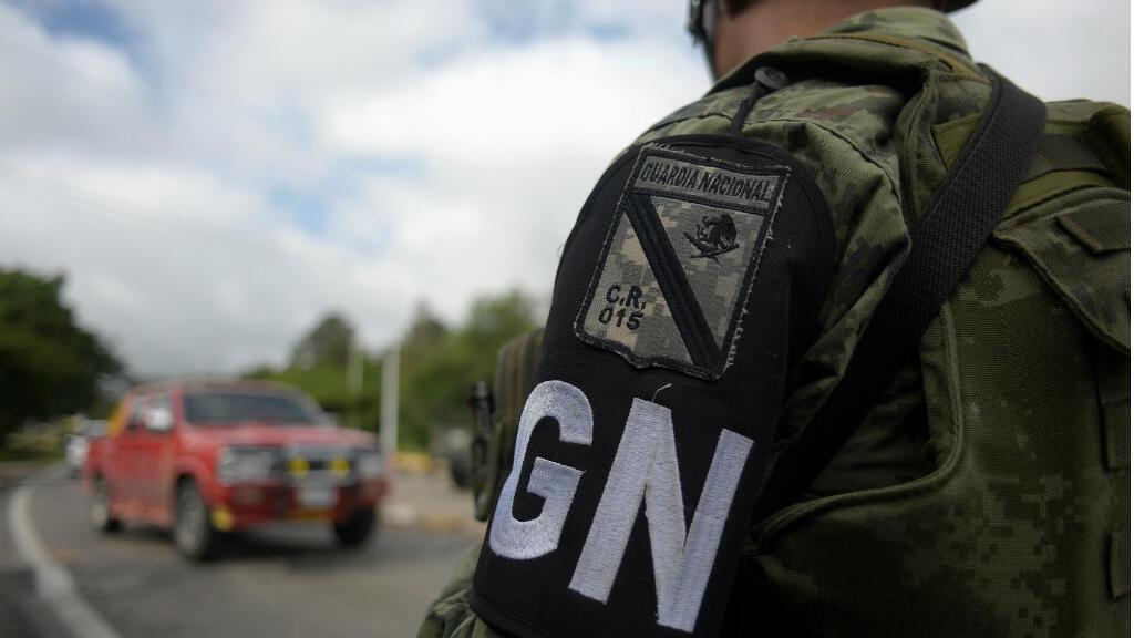 Un miembro de la Guardia Nacional vigila un puesto de control en Comitán, estado de Chiapas, México, 16 de junio de 2019.