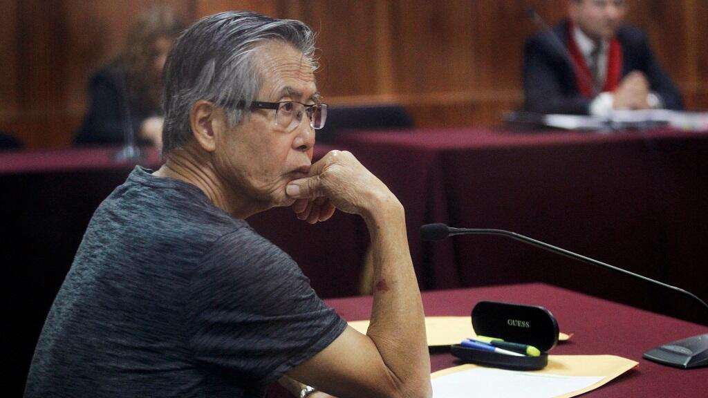El expresidente peruano Alberto Fujimori se presenta ante el tribunal durante su juicio por los cargos de malversación de fondos estatales para manipular a los medios durante su mandato como presidente, en Lima, Perú, el 8 de enero de 2015..