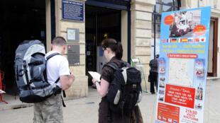 France 2 et TF1 ont chacune lancé cette semaine une nouvelle rubrique dans leur journal télévisé pour faire découvrir sites et régions de France aux téléspectateurs