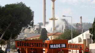Des militants de Greenpeace manifestent devant la bioraffinerie de La Mède, le 29 octobre 2019.