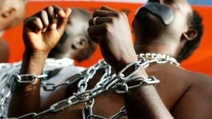 مهاجرون أفارقة يتظاهرون أمام السفارة الرواندية في هرتزليا إلى شمال تل أبيب في 22 ك2/يناير 2018، رفضا لقرار حكومة إسرائيل ترحيل المهاجرين وطالبي اللجوء الأفارقة تحت طائلة السجن