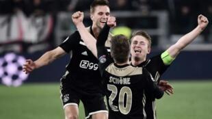Joel Veltman, Lasse Schone et Matthijs de Ligt célèbrent la qualification de l'Ajax Amsterdam pour les demi-finales de la Ligue des Champions après sa victoire 2-1 contre la Juventus le 16 avril 2019 à Turin
