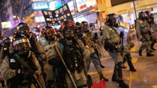 La policía antidisturbios trabaja en una operación para dispersar a manifestantes en Tsuen Wan, Hong Kong, China, el 10 de noviembre de 2019.
