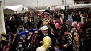 نازحون من الموصل يصلون إلى مخيم حمام العليل في 13 آذار/مارس 2017