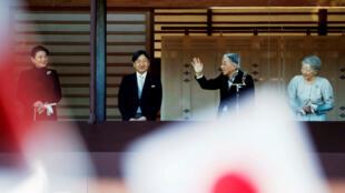 L'empereur japonais Akihito salue la foule avec l'impératrice Michiko (à d.), le prince-héritier Naruhito et la princesse Masako (à g.), à Tokyo, le 2janvier2019.