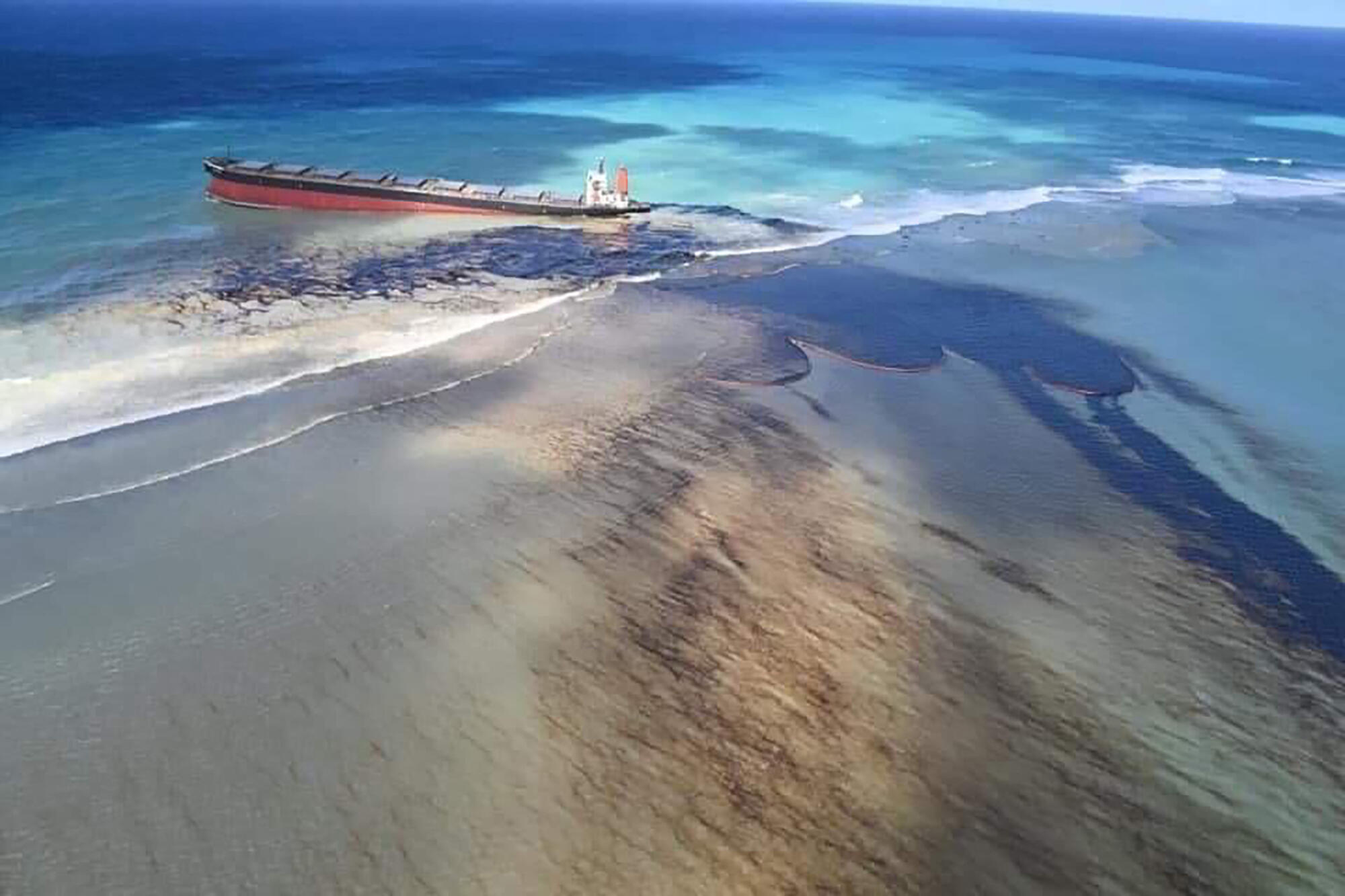 The Mauritian authorities announced on August 6 that oil was leaking from a bulk carrier stranded on a reef since the end of July on the south-eastern coast of the island, raising fears of an ecological disaster. The boat, owned by a Japanese shipowner but flying the Panamanian flag, was traveling empty but was carrying 200 tons of diesel and 3,800 tons of heavy oil, according to the local press. Its crew was evacuated. It ran aground on Esny Point, a Ramsar classified wetland like the nearby Blue Bay Marine Park and also threatened.
