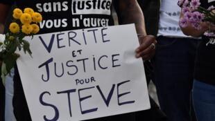 Une femme portant une pancarte en hommage à Steve Maïa Caniço dont le corps a été retrouvé, mardi 30 juillet, dans la Loire.