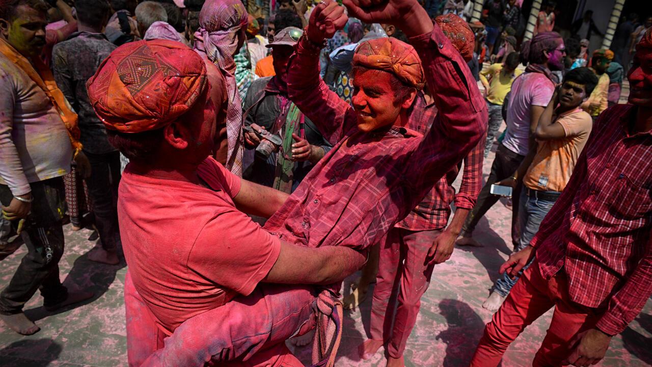 Devotos hindúes celebran el festival Holi en Uttar Pradesh, en India, el 16 de marzo de 2019.