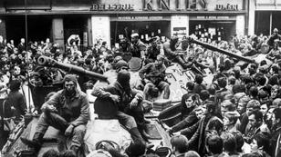 Le 21 août 1968, des milliers de Praguois ont envahi les rues et encerclé les chars soviétiques pour protester contre l'invasion.