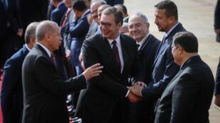 Serbian President Aleksandar Vucic (C) shakes hands with former Turkish NBA player Hidayet Turkoglu (R)  in Belgrade in October 2019
