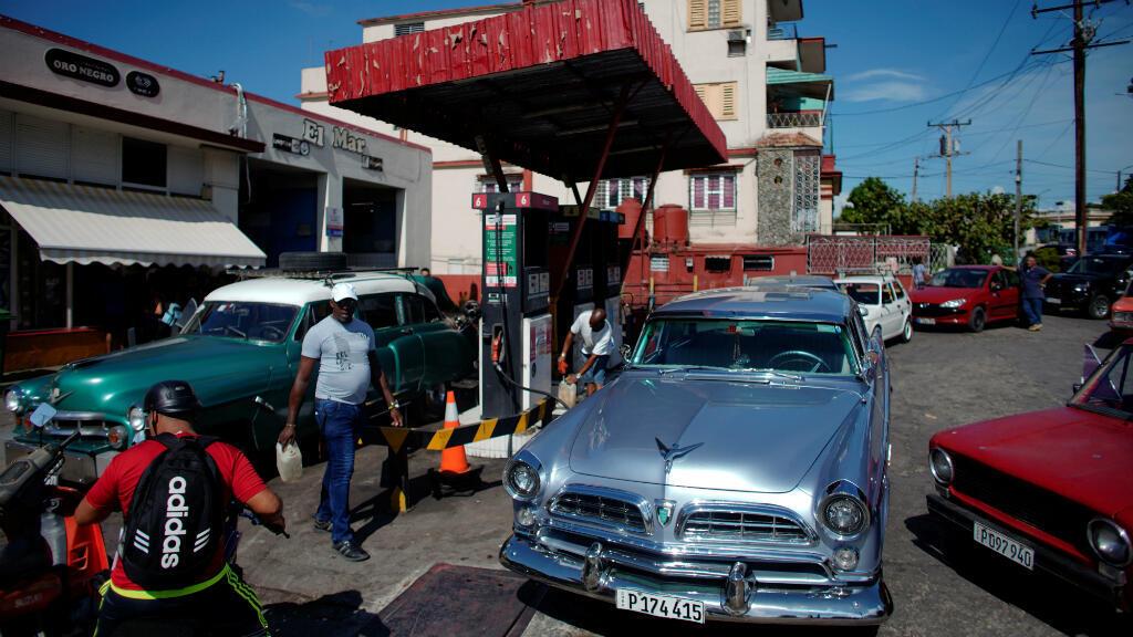 Línea de autos para comprar combustible en una estación de servicio en La Habana, Cuba, el 19 de julio de 2019.