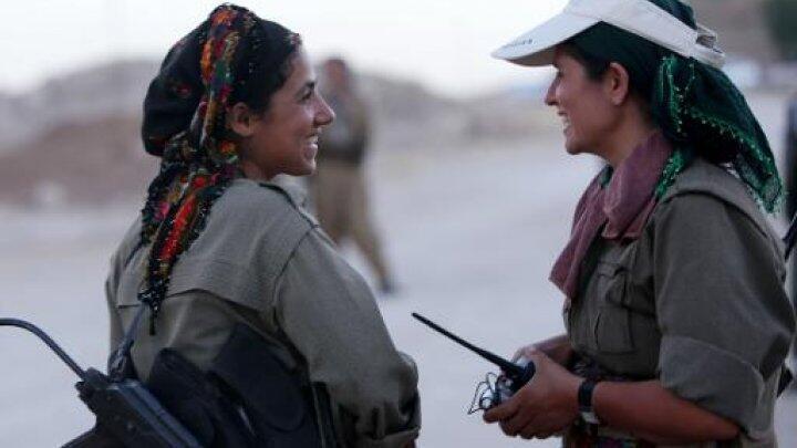 مقاتلات كرديات عند الجبهة الامامية في مخمور (أرشيف)