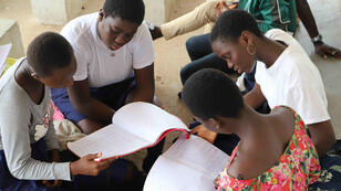 Pendant la grève des enseignants, des élèves étudient en groupe au lycée moderne de Cocody.