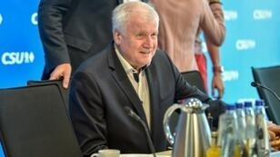 وزير الداخلية الألماني هورست سيهوفر في مستهل اجتماع لحزبه البافاري 1 تموز/يوليو في ميونيخ