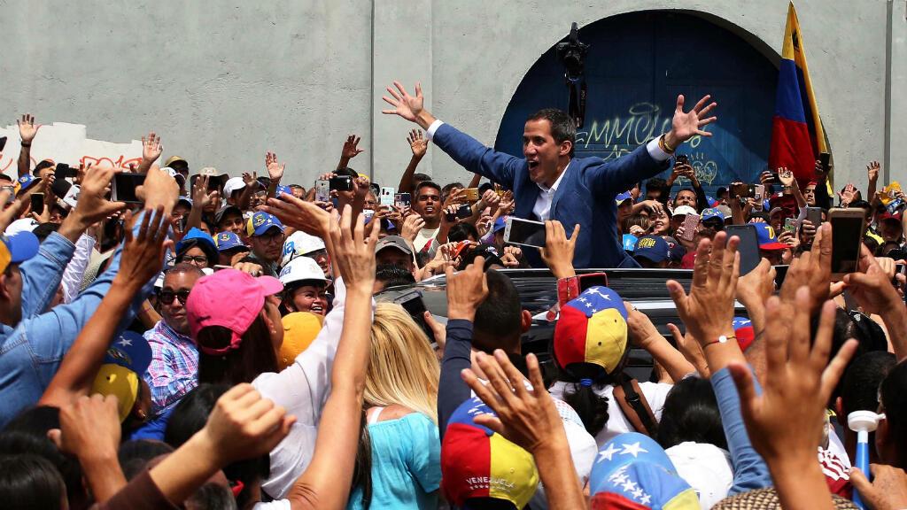 El líder de la oposición venezolana, Juan Guaido, saluda a sus simpatizantes después de pronunciar un discurso en Mérida, Venezuela, 15 de junio de 2019.