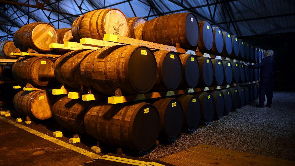 En la destilería Auchentoshan, cerca de Glasgow, Escocia, el whisky se puede almacenar hasta 25 años en barriles de roble antes del embotellado.