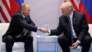 El presidente de EE. UU., Donald Trump, estrecha la mano del Presidente de Rusia, Vladimir Putin, durante su reunión bilateral en la cumbre del G20 en Hamburgo, Alemania, 7/7/2017.