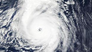 Una foto distribuida por la NASA el 14 de octubre de 2017 muestra la vista de satélite del huracán Ophelia en su camino hacia las islas Azores en Portugal, previo a su llegada a Irlanda.
