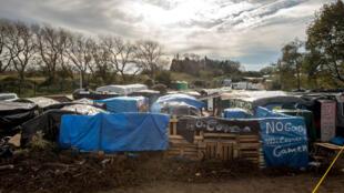 "Quelque 6 000 migrants vivent dans la ""jungle"" de Calais."