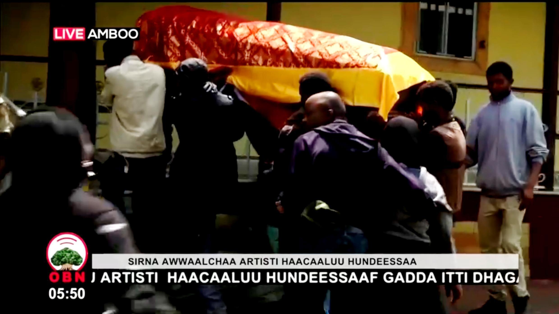 Los dolientes llevan el ataúd del músico etíope durante su funeral en Ambo, Etiopía, el 2 de julio de 2020, en esta imagen fija de un video.