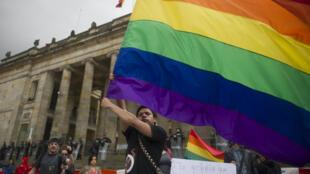 Un militant manifeste en faveur de la légalisation du mariage homosexuel en Colombie, samedi 23 avril 2016, devant le Congrès à Bogota.