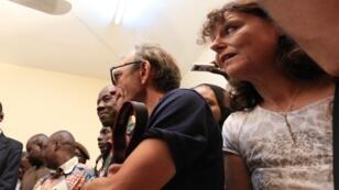 Le technicien et la journaliste de RFI, Claude Verlon et Ghislaine Dupont, lors d'une conférence de presse, le 30 juillet 2013.